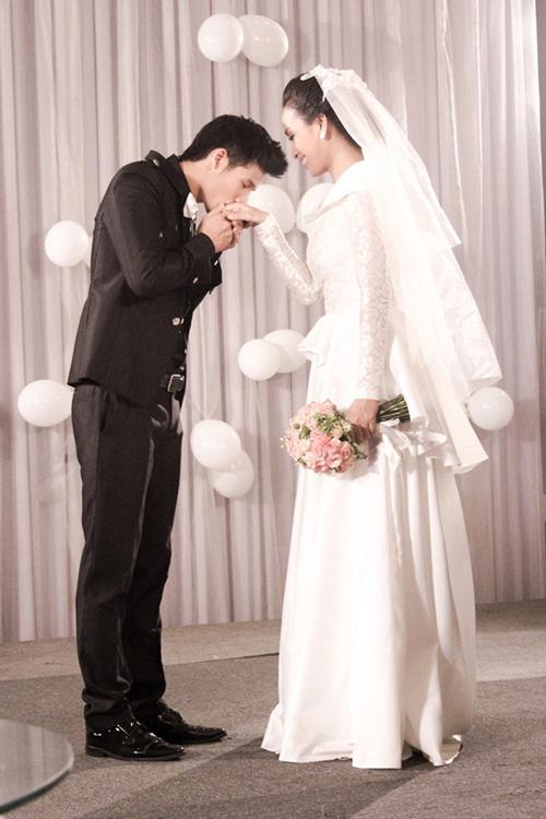 Thiết kế mang phom dáng gọn gàng, phù hợp với nàng dâu hiện đại. Ái Phương kết hợp với voan cưới ngắn toát lên vẻ cá tính, năng động.