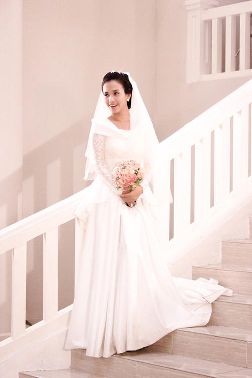 Mẫu đầm đính ren ở thân trên, có phần vai áo được xếp lớp độc đáo. Đồng thời thân váy được xếp lớp 2tầng với vạt ngắn đằng trước và tăng dần chiều dài ở mặt lưng.