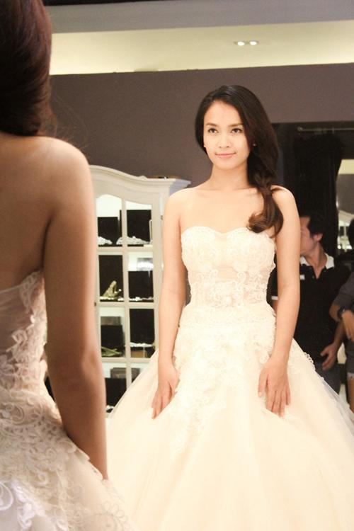 Ở một bối cảnh khác của MV, Ái Phương diện váy cúp ngực cổ tim đính ren. Mẫu đầm có độ xòe phồng giúp cô dâu hóa thân thành công chúa cổ tích trong tiệc cưới.