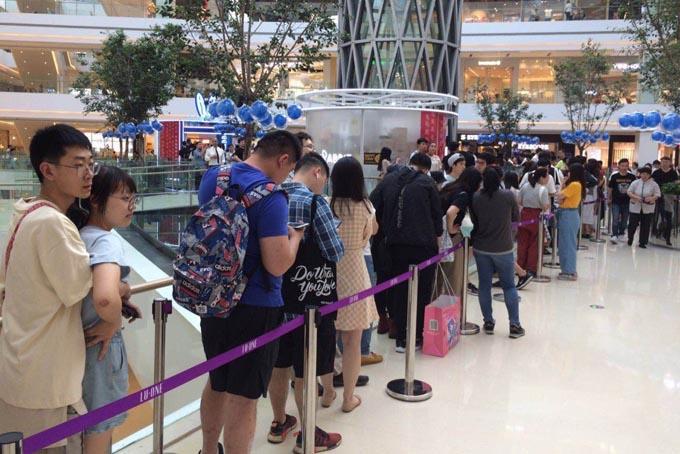 Khách xếp hàng mua trà sữa White Rabbit tại trung tâm thương mại CapitaMall LuOne ở Thượng Hải. Ảnh: SCMP.