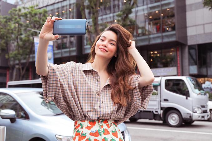 Hồ Ngọc Hà tranh thủ selfie trên phố khoestreet style trẻ trung, năng động trongchuyến đi công tác 2 ngày tại Singapore.