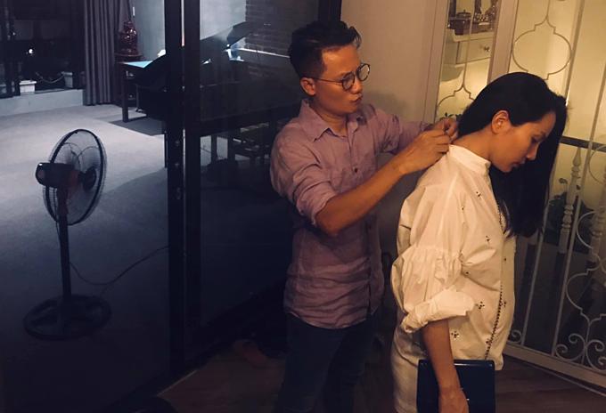 Ca sĩ Hoàng Bách chăm chút quần áo cho vợ bầu trước khi đi tụ tập cùng những người bạn.