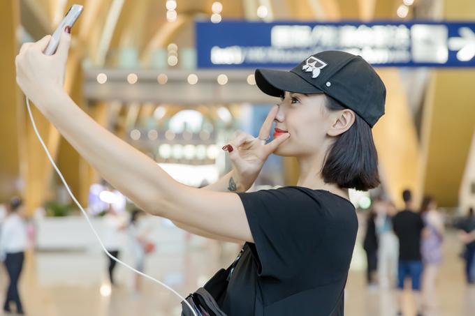 Người đẹp tiết lộ, cô đảm nhận vị trí vedette cho màn trình diễn của NTK Hà Duy. Cô cũng là model Việt duy nhất góp mặt trong chương trình bên cạnh các model Trung Quốc và nhiều quốc gia khác.