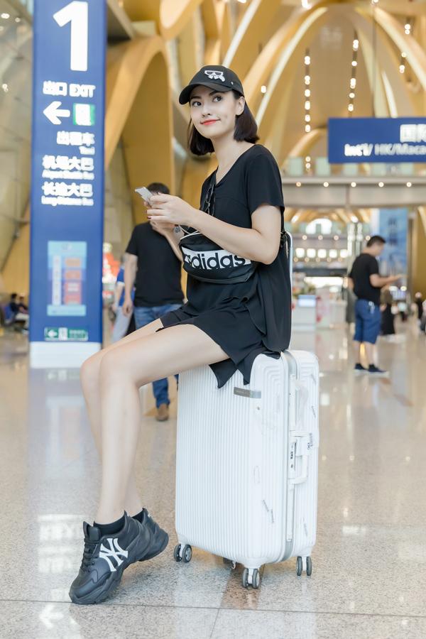 Chân dài cho biết cô sang Côn Minh trình diễn thời trang cho NTK Hà Duy trong khuôn khổ sự kiện Kunming Fashion Week.