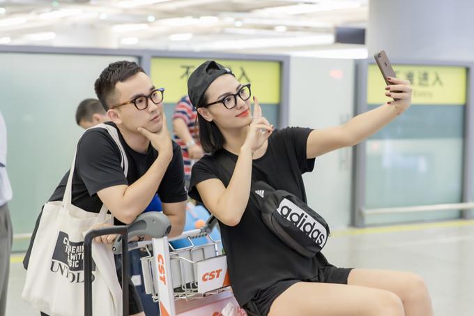 Đôi bạn thân nhí nhảnh chụp ảnh kỷ niệm khi vừa đáp chuyến bay đến Côn Minh.