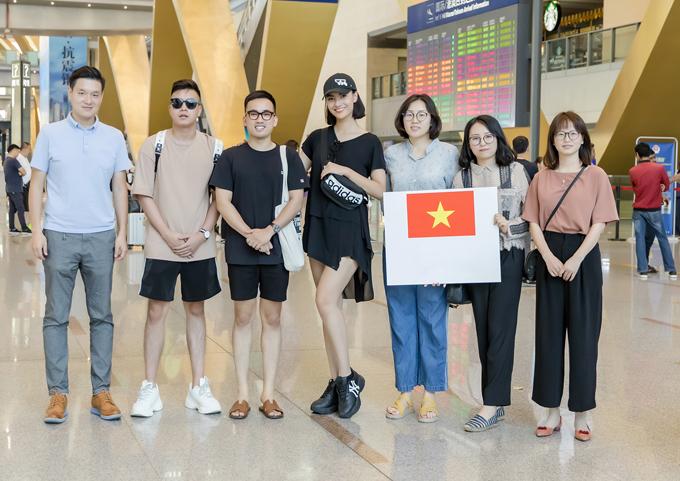 NTK Hà Duy và Hồng Quế được ban tổ chức đón tiếp tại sân bay Côn Minh, Trung Quốc.