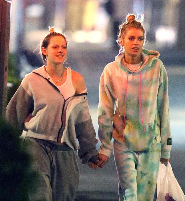 Sau khi mua vài đồ ăn vặt, hai cô gái tản bộ về khách sạn.