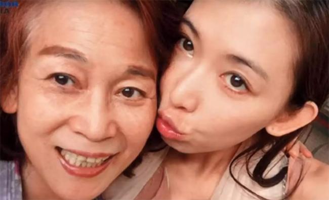 Lâm Chí Linh và mẹ đẻ.
