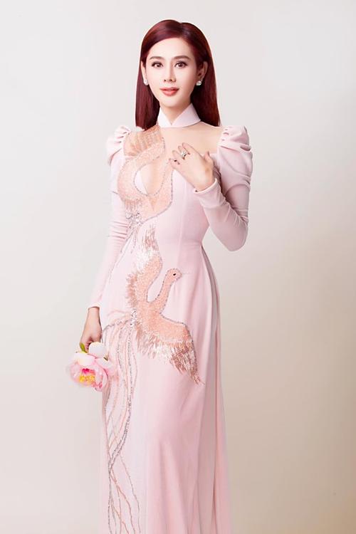 Ca sĩ chuyển giới Lâm Khánh Chi duyên dáng trong tà áo dài.