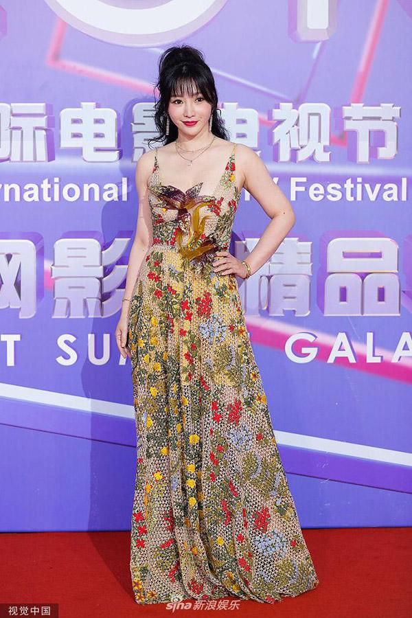 Tối 11/6, Liễu Nham tham dự một buổi tiệc thuộc khuôn khổ Liên hoan truyền hình Thượng Hải. Người đẹp 39 tuổi mặc váy lưới hai dây dài thêu hoa, khoe làn da trắng và vòng 1 nở nang.