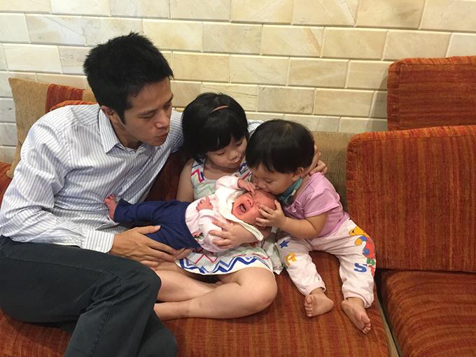 Ông xã Minh Trang và Daisy, Bánh Mì bên bé Bơ lúc 10 ngày tuổi.