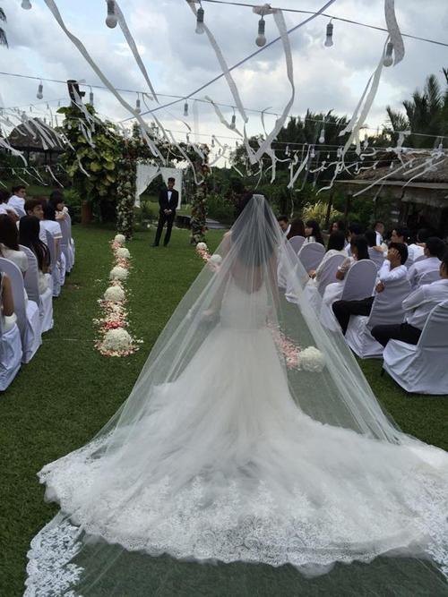 Mẫu đầm có đuôi dài và được Thủy Tiên kết hợp cùng voan cưới dài tạo độ thướt tha.