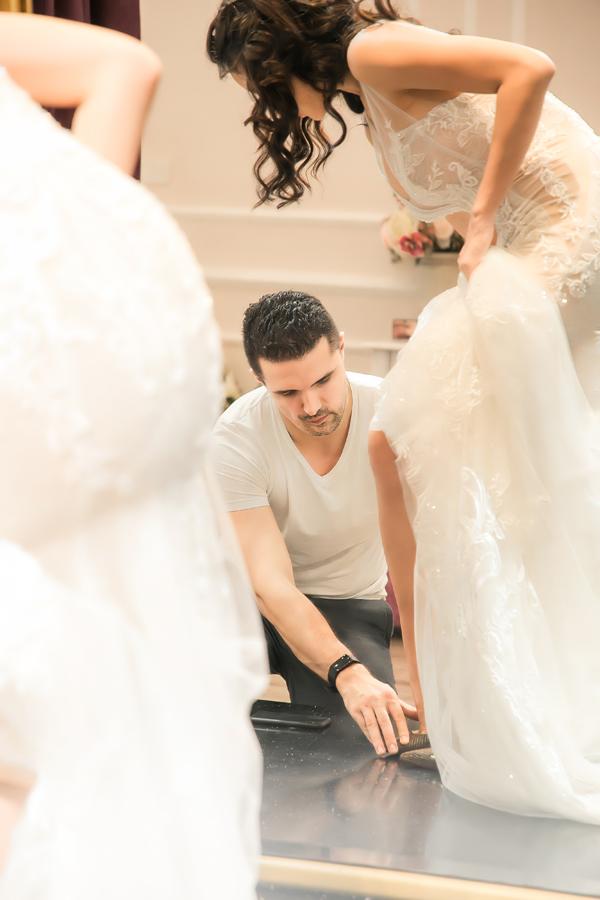 Chồng Tây của người đẹp có tính cách dịu dàng, chăm sóc chu đáo cho vợ. Anh không ngần ngại giúp cô đi giày vàchỉnh lại váy cưới.
