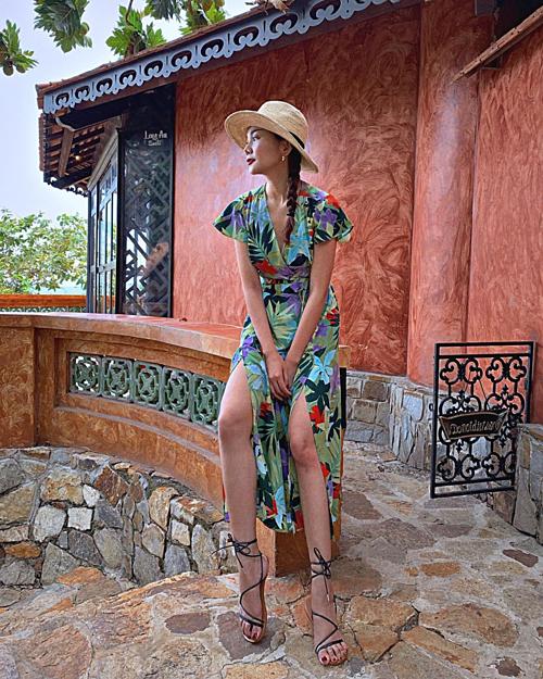 Siêu mẫu Thanh Hằng cho biết: Với đôi chân này mà mình quá trời nickname. Nào là ma giò dài, chân dài và cây sào.Ủa, mọi người muốn em sống sao. Cô là một trong những người đẹp có đôi chân dài nhất showbiz Việt.