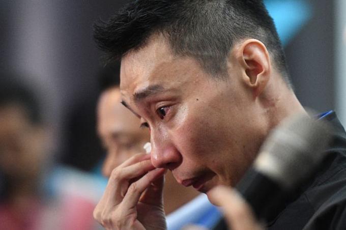 Lee khóc trong buổi họp báo. Ảnh: AFP.