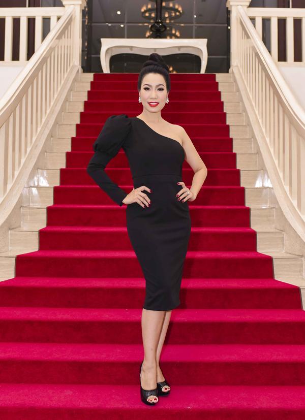 Á hậu Trịnh Kim Chi khoe vai trần gợi cảm với thiết kế bất đối xứng khi tới dự tiệc ra mắt sản phẩm Sợ thấy em khóc, tối 12/6.