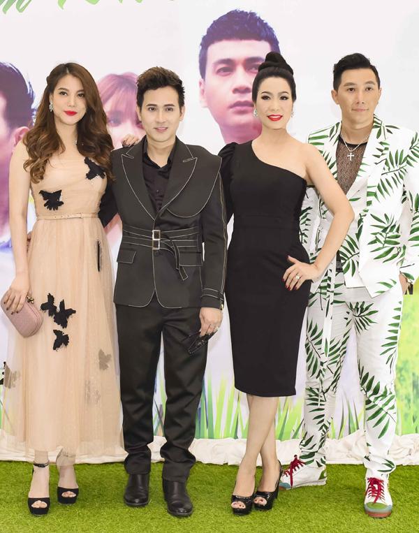 Trịnh Kim Chi, Trương Ngọc Ánh chụp ảnh cùng Nguyên Vũ và người mẫu Nam Phong (ngoài cùng bên phải).