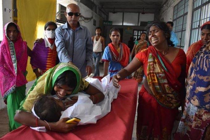 Một đứa trẻ được đưa tới bệnh viện với hội chứng viêm não (AES) tại huyệnMuzaffarpur, bang Bihar, Ấn Độ, hôm 10/6. Ảnh: AFP.