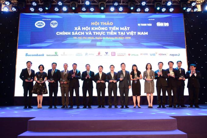 VIB cùng đại diện một số ngân hàng nhận cup lưu niệm tại hội thảo.