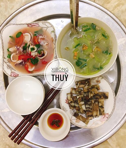 Vì ở vùng biển nên mâm cơm của Thùy thường có cả thịt và hải sản. Cô cũng hay kết hợp cua biển hay tôm sắt bóc nõn với các loại rau, quả để món canh có vị ngọt đậm đà.