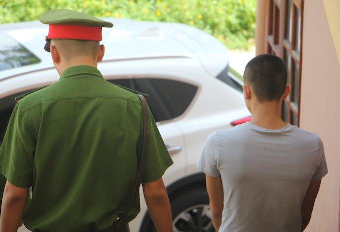 Bị cáo Hiệu cúi mặt khi bị dẫn giải khỏi phiên toà.