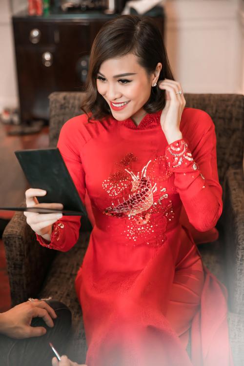Sau đó, chuyên gia tán màu môi theo kiểu ombre nhẹ nhàng, tạo sự nổi bật cho cô dâu khi diện áo dài đỏ.