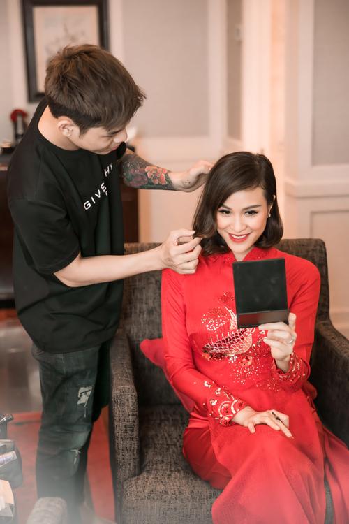 Phương Mai chuộng sự đơn giản nên cô chỉ làm điệu cho mái tóc hơn ngày thường bằng cách uốn lọn xoăn nhẹ, có độ cụp ở đuôi.