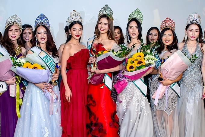 Phương Khánh chụp ảnh cùng các thí sinh giành giải cao của cuộc thi.
