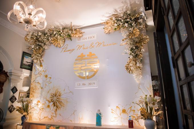 Cô dâu là người Hà Nội, gia đình nằm trong phố cổ. Vì vậy, ý tưởng của cô dâu là trang trí không gian mang sắc thái cổ truyền. Chúng tôi đã tư vấn trang trí tư gia với hoa sen, các họa tiết truyền thống như chữ hỉsong được thiết kế tinh giản, kết hợp với những nét hiện đại, thanh lịch, ekip cho hay.
