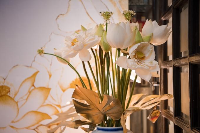 100% hoa tươi được dùng để trang trí cho không gian gồm: sen trắng, cát tường và hoa baby. Dịp hỷ sự của Phương Mai diễn ra vào mùa hạ, đúng dịp hoa sen Hồ Tâynở rộ nên ekip chọn hoa này làm loài chủ đạo để trang trí không gian.