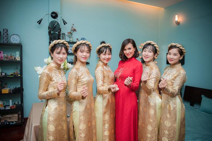 Dàn phù dâu diện áo dài tông vàng đồng theo sở thích của cô dâu. Trong ngày làm lễ ăn hỏi, Phương Mai và Marcintiếp đón khoảng 30 người là các thành viên trong gia đình, bạn bè thân thiết.