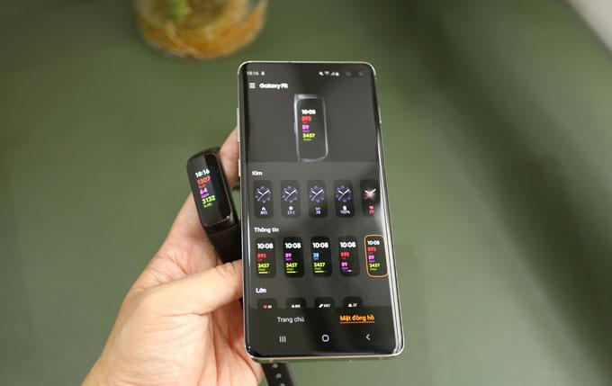 Galaxy Fit có giao diện đơn giản và thân thiện, kết nối được điện thoại Samsung và iPhone. Thông qua ứng dụng Galaxy Wearble, người dùng có thể dễ dàng thay đổi giao diện mặt vòng đeo hay chỉnh nhiều thiết lập khác.