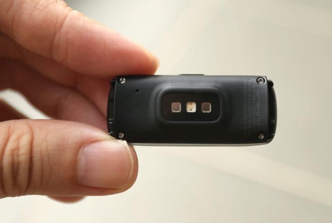 Các cảm biến được bố trí ở mặt sau của Galaxy Fit.