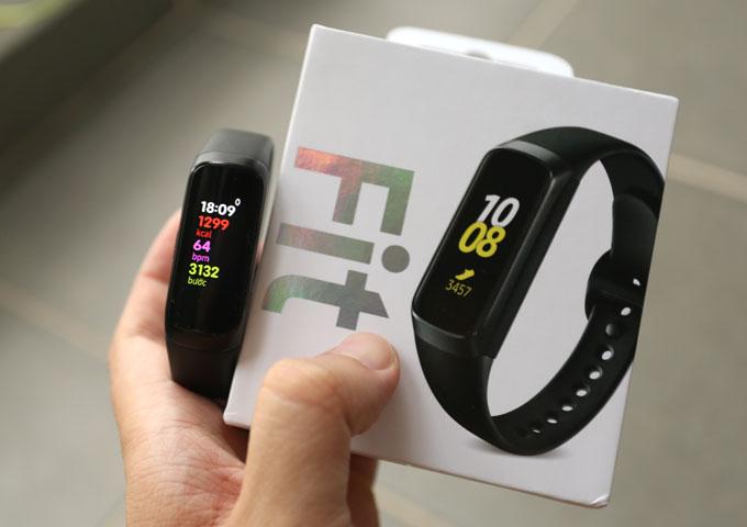 Galaxy Fit là vòng đeo cao cấp hơn với màn hình hiển thị 0,95 inchFull Color Amoled độ phân giải120 x 240 pixel, mật độ điểm ảnh282 ppi. Thiết bị cócảm biến đo nhịp tim, gia tốc kế, con quay hồi chuyển. Pin dung lượng 120 mAh.