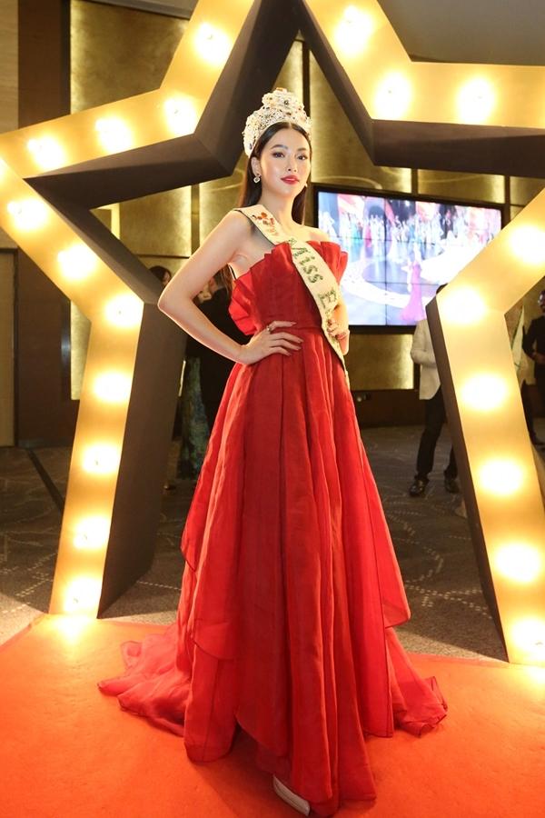 Phương Khánh diện váy hở vai, đội vương miện lộng lẫy tham gia chung kết Hoa hậu Trái đất Singapore 2019, tối 12/6.