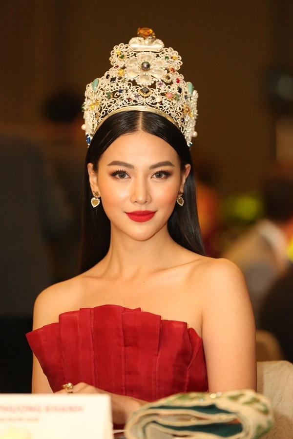 Phương Khánh ngồi ghế ban giám khảo. Từ đây đến cuối năm, cô tất bật với vai trò khách mời, giám khảo các cuộc thi nhiều quốc gia khác nhau.