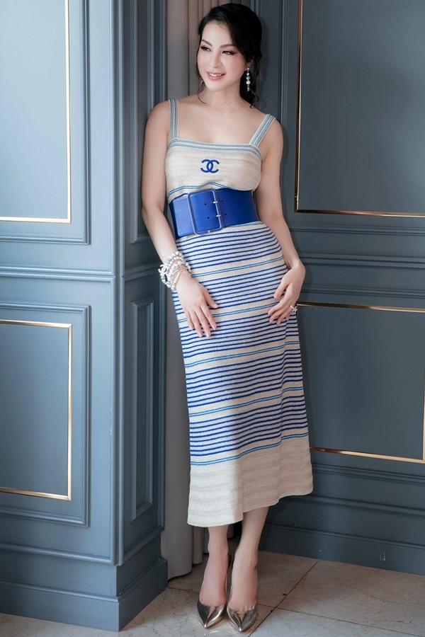 Chiếc thắt lưng to bản được kết hợp ăn ý với váy hai dây của Chanel.