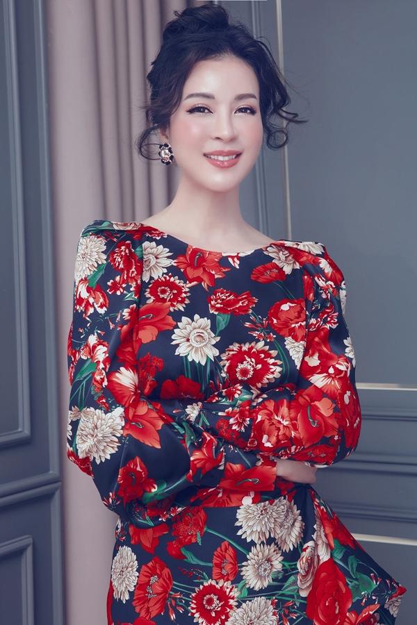 Với kiểu váy vốn nhiều họa tiết, Thanh Mai hạn chế phụ kiện đi kèm.