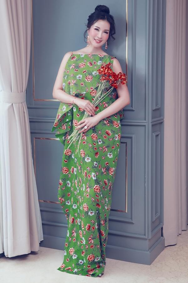 MC Thanh Mai chọn váy họa tiết hoa, màu sắc nổi bật phù hợp không khí mùa hè.