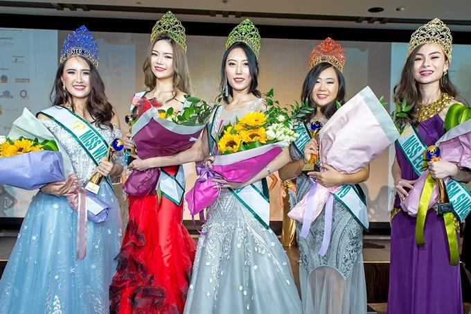 Top 5 của cuộc thi Miss Earth Singapore 2019. Người đẹp giành danh hiệu cao nhất là Kimberly Ong (thứ 2 từ trái sang) và sẽ đại diện Singapore dự thi Miss Earth 2019.