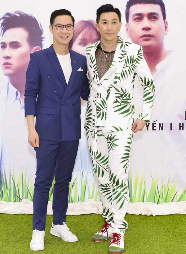 MC Anh Quân cầm trịch buổi ra mắt MV Sợ thấy em khóc. Anh đọ vẻ lịch lãm với người mẫu Nam Phong.