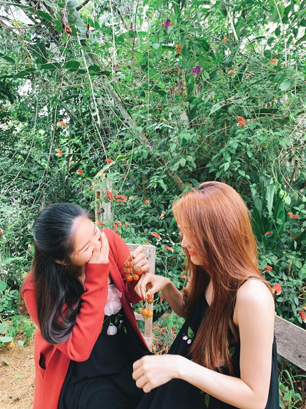Cùng đi du lịch với gia đình Lê Phương còn có NgânKhánh. Cả hai đã là bạn thân trong 10 năm sau lần đóng chung trong phim Tường Vy cánh mỏng.