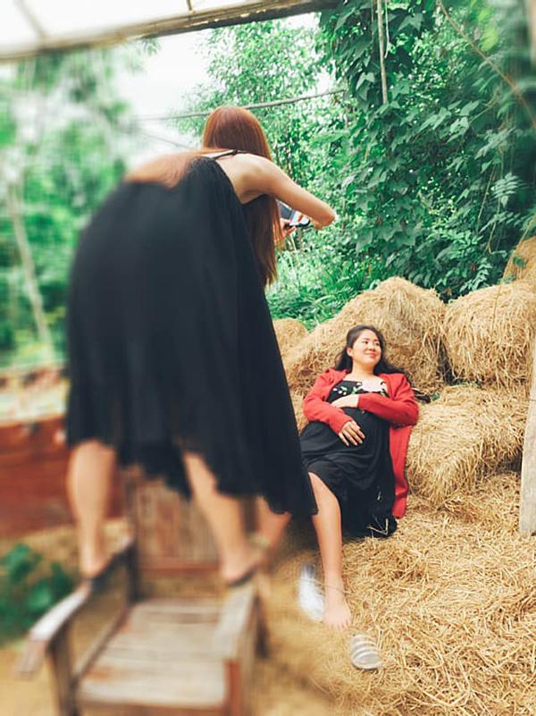 Ngân Khánh còn nhiệt tình chụp hình cho cô bạn thân trong kỳ nghỉ.