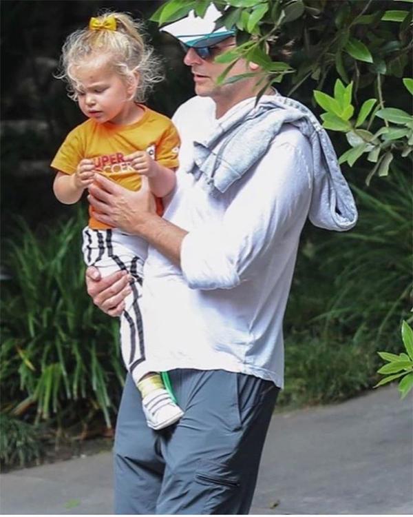 Bradley Cooper bế bé Lea tản bộ ở Pacific Palisades, California. Anh ăn mặc giản dị như những ông bố bình thường khác. Trong khi đó, công chúa nhỏ mặc đồ cute, tóc cài nơ xinh xắn.