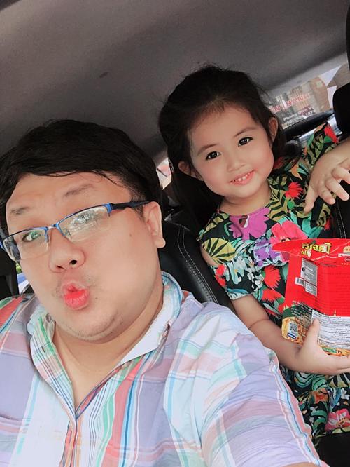 Nghệ sĩ hài Gia Bảo chở con gáiyêu đi nghỉ hè.