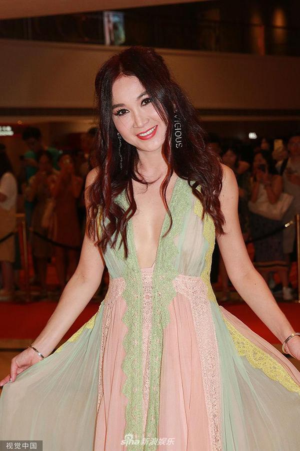 Người đẹp Hong Kong tiết lộ, cô rất thích chiếc váy voan gam màu pastel cô mặc trong sự kiện lần này. Váy được thiết kế không sử dụng nội y. Dù vậy, nữ diễn viên rất tự tin tạo dáng trên thảm đỏ.