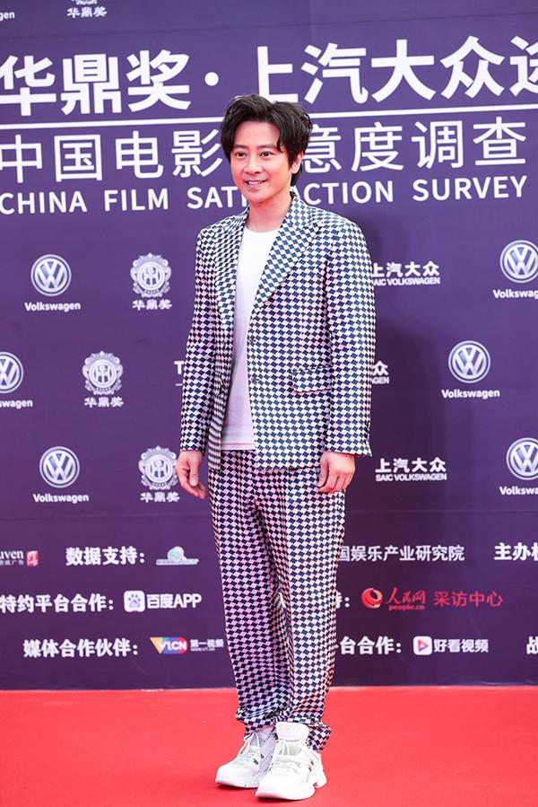 Diễn viên - ca sĩ Hong Kong Tôn Diệu Uy diện đồ caro đi thảm đỏ.