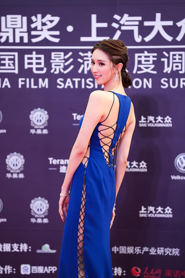 Diễn viên TVB Hà Ngạo Nhi gợi cảm với váy cắt xẻ.