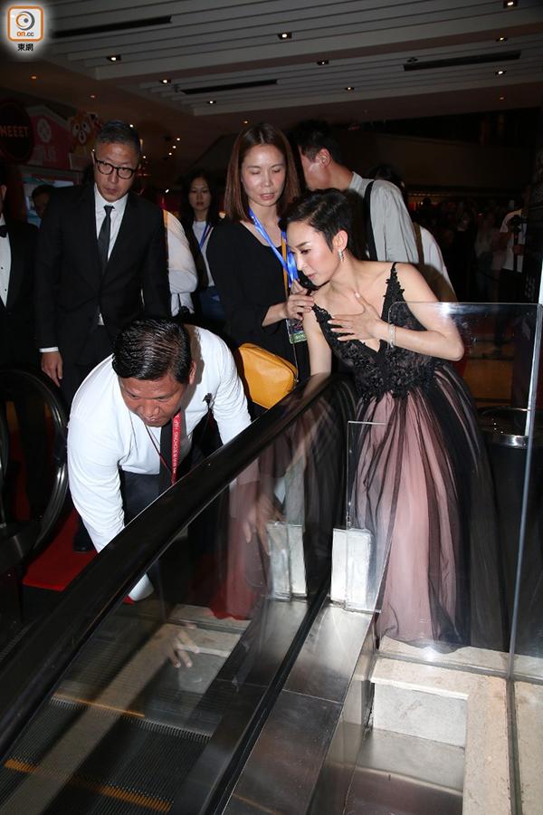 Cũng tại lễ trao giải Hoa Đỉnh, diễn viên Hong Kong Châu Gia Di vất vả dùng tay che ngực khi di chuyển vì chọn đồ hở ngực.