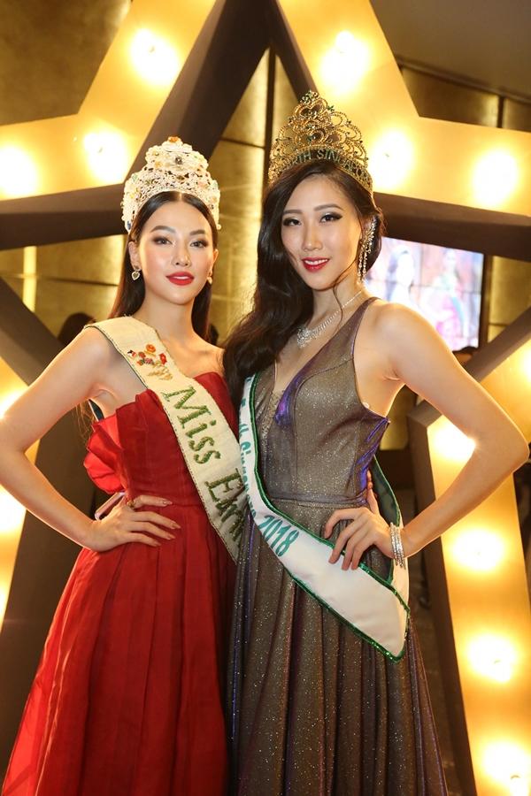 Phương Khánh hội ngộ Hoa hậu Trái đất Singapore 2018. Sau cuộc thi, họ vẫn giữ mối quan hệ thân thiết.